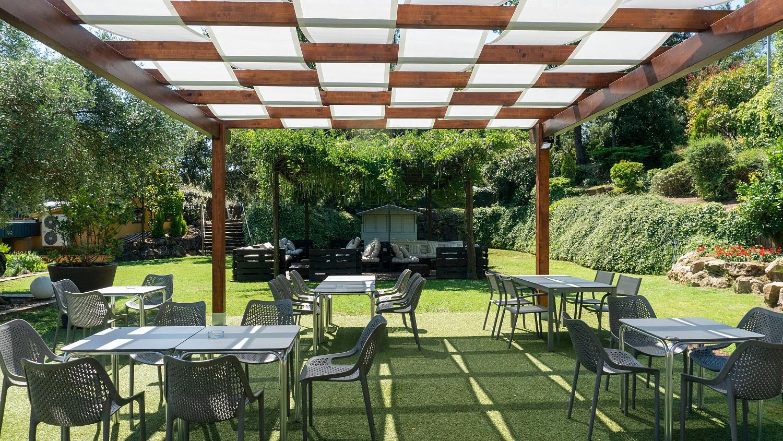 Restaurant amb terrassa i jardí