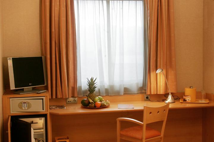 Habitación triple (2 adultos + 1 niño hasta 10 años) con parking y Wi-Fi